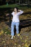 Χαλάρωση γυναικών στον πάγκο το φθινόπωρο Στοκ εικόνα με δικαίωμα ελεύθερης χρήσης