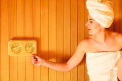 Χαλάρωση γυναικών στο ξύλινο δωμάτιο σαουνών Στοκ εικόνα με δικαίωμα ελεύθερης χρήσης