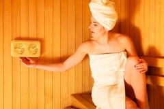 Χαλάρωση γυναικών στο ξύλινο δωμάτιο σαουνών Στοκ Εικόνες