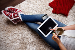 Χαλάρωση γυναικών στο σπίτι με ένα φλυτζάνι του τσαγιού στοκ εικόνες με δικαίωμα ελεύθερης χρήσης