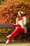 Χαλάρωση γυναικών στο φθινοπωρινό βιβλίο ανάγνωσης πάρκων Στοκ φωτογραφία με δικαίωμα ελεύθερης χρήσης