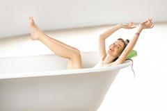 Χαλάρωση γυναικών στο bathtube στοκ φωτογραφία με δικαίωμα ελεύθερης χρήσης