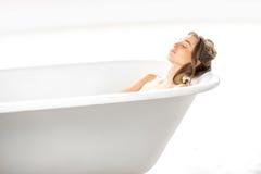 Χαλάρωση γυναικών στο bathtube στοκ εικόνες