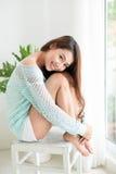 Χαλάρωση γυναικών χαμόγελου όμορφη ασιατική στη συνεδρίαση πρωινού κοντά Στοκ εικόνες με δικαίωμα ελεύθερης χρήσης