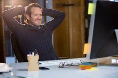 Χαλάρωση επιχειρηματιών στο γραφείο υπολογιστών Στοκ Φωτογραφία