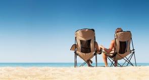 Χαλάρωση ζευγών αγάπης στην άσπρη παραλία άμμου Στοκ φωτογραφία με δικαίωμα ελεύθερης χρήσης