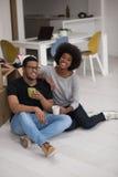 Χαλάρωση ζευγών αφροαμερικάνων στο καινούργιο σπίτι Στοκ φωτογραφία με δικαίωμα ελεύθερης χρήσης