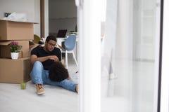 Χαλάρωση ζευγών αφροαμερικάνων στο καινούργιο σπίτι Στοκ Εικόνα