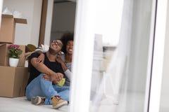 Χαλάρωση ζευγών αφροαμερικάνων στο καινούργιο σπίτι Στοκ εικόνες με δικαίωμα ελεύθερης χρήσης
