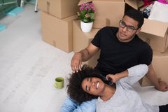 Χαλάρωση ζευγών αφροαμερικάνων στο καινούργιο σπίτι Στοκ φωτογραφίες με δικαίωμα ελεύθερης χρήσης