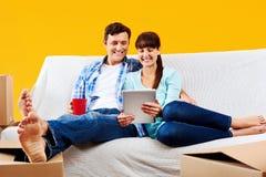 Χαλάρωση ζευγών καναπέδων στοκ φωτογραφίες με δικαίωμα ελεύθερης χρήσης