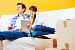 Χαλάρωση ζευγών καναπέδων στοκ εικόνες με δικαίωμα ελεύθερης χρήσης