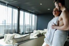 Χαλάρωση ζεύγους σε ένα ξενοδοχείο wellness με ένα όμορφο πανοραμικό β στοκ εικόνες