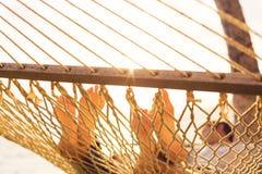 Χαλάρωση ζεύγους στην τροπική αιώρα Στοκ εικόνες με δικαίωμα ελεύθερης χρήσης