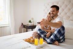 Χαλάρωση ζεύγους στις πυτζάμες στοκ εικόνα