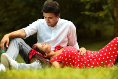 Χαλάρωση ζεύγους στο πάρκο το καλοκαίρι στοκ φωτογραφία με δικαίωμα ελεύθερης χρήσης