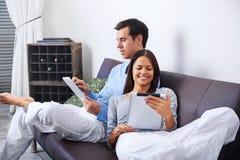 Ανάγνωση ζεύγους στο σπίτι στοκ εικόνα με δικαίωμα ελεύθερης χρήσης