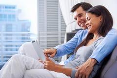 Ανάγνωση ζεύγους στο σπίτι στοκ εικόνες