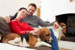 Χαλάρωση ζεύγους στο σπίτι με το σκυλί της Pet στοκ φωτογραφία με δικαίωμα ελεύθερης χρήσης