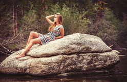Χαλάρωση κοριτσιών εφήβων στο μεγάλο βράχο στοκ εικόνες με δικαίωμα ελεύθερης χρήσης