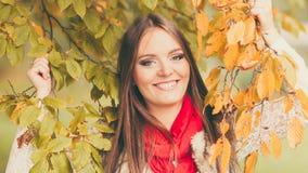 Χαλάρωση κοριτσιών μόδας γυναικών που περπατά στο φθινοπωρινό πάρκο Στοκ εικόνες με δικαίωμα ελεύθερης χρήσης