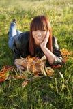 χαλάρωση κοριτσιών ομορφιάς στη φύση Στοκ Φωτογραφίες