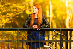 Χαλάρωση κοριτσιών ομορφιάς στο πάρκο φθινοπώρου με το ποδήλατο, υπαίθριο Στοκ Εικόνα