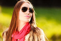 Χαλάρωση κοριτσιών πορτρέτου που περπατά στο φθινοπωρινό πάρκο Στοκ Εικόνες