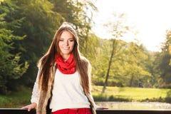Χαλάρωση κοριτσιών πορτρέτου που περπατά στο φθινοπωρινό πάρκο Στοκ Φωτογραφίες
