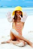 Χαλάρωση κοριτσιών στην παραλία νησιών Στοκ Εικόνα