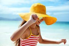Χαλάρωση κοριτσιών στην παραλία νησιών Στοκ φωτογραφία με δικαίωμα ελεύθερης χρήσης