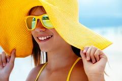 Χαλάρωση κοριτσιών στην παραλία νησιών Στοκ Φωτογραφίες