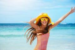 Χαλάρωση κοριτσιών στην παραλία νησιών Στοκ εικόνες με δικαίωμα ελεύθερης χρήσης