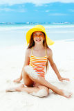 Χαλάρωση κοριτσιών στην παραλία νησιών Στοκ Εικόνες