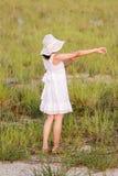 Χαλάρωση κοριτσιών στον ξηρό τομέα Στοκ φωτογραφία με δικαίωμα ελεύθερης χρήσης