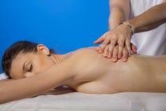 χαλάρωση Μασέρ που κάνει το μασάζ στο σώμα γυναικών στο σαλόνι SPA Στοκ φωτογραφία με δικαίωμα ελεύθερης χρήσης