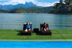 Χαλάρωση μητέρων και κορών στη λίμνη, στη λίμνη Στοκ φωτογραφία με δικαίωμα ελεύθερης χρήσης