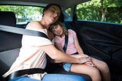 Χαλάρωση μητέρων και κορών στη πίσω θέση του αυτοκινήτου στοκ φωτογραφία με δικαίωμα ελεύθερης χρήσης