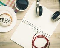 Χαλάρωση μουσικής που ακούει στον καφέ επιδορπίων Στοκ φωτογραφία με δικαίωμα ελεύθερης χρήσης