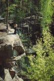 Χαλάρωση νέων κοριτσιών στον απότομο βράχο του κοντινού νερού νησιών Στοκ φωτογραφίες με δικαίωμα ελεύθερης χρήσης