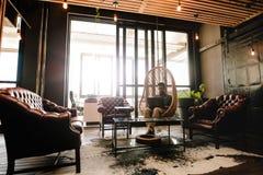 Χαλάρωση νεαρών άνδρων στο σαλόνι γραφείων με το lap-top Στοκ εικόνα με δικαίωμα ελεύθερης χρήσης