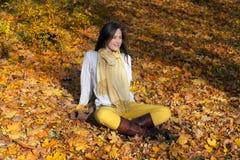 Χαλάρωση το φθινόπωρο με MP3 τη μουσική Στοκ φωτογραφία με δικαίωμα ελεύθερης χρήσης