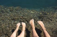 Χαλάρωση των ποδιών στη λίμνη Στοκ εικόνες με δικαίωμα ελεύθερης χρήσης