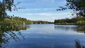 Χαλάρωση φθινοπώρου στη λίμνη στοκ εικόνα