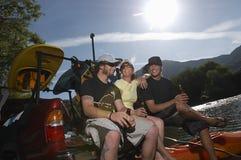 Χαλάρωση Kayakers με την μπύρα Στοκ φωτογραφία με δικαίωμα ελεύθερης χρήσης