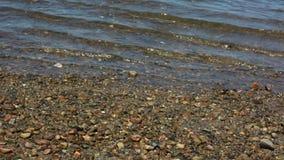 Χαλίκια κάτω από το ωκεάνιο νερό απόθεμα βίντεο