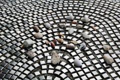 Χαλίκια και θαλασσινά κοχύλια στο κεραμίδι, επίστρωση Πέτρες, κοχύλια και αστικός τρόπος ζωής Στοκ εικόνα με δικαίωμα ελεύθερης χρήσης