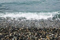 Χαλίκια και κύματα θάλασσας στοκ φωτογραφίες με δικαίωμα ελεύθερης χρήσης