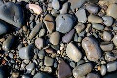 Χαλίκια και πέτρες σε μια παραλία Στοκ εικόνα με δικαίωμα ελεύθερης χρήσης