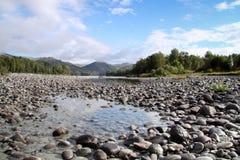 Χαλίκια στην ακτή ενός ποταμού Στοκ Φωτογραφίες